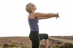 Madame Doing Stretches Outdoors pour la course de forme physique photographie stock