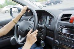 Madame Drives de véhicule à l'intérieur Images stock