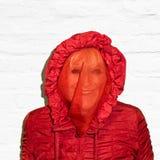 Madame en rouge avec le visage couvert Photos libres de droits