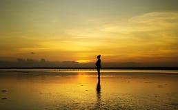 Madame enceinte au coucher du soleil Photo stock