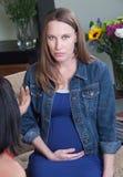 Madame enceinte sérieuse Images libres de droits