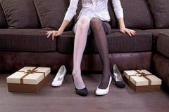 Madame essayant sur de nouvelles chaussures images libres de droits