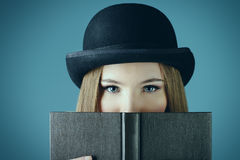 Madame et un livre Photo stock