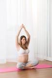 Madame faisant l'exercice de grossesse Images libres de droits