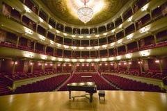 Madame grande de ½ de ¿ d'ï vieille de large rue, ½ de ¿ d'ï des 1857 a établi l'étape d'opéra avec le piano à queue à la compagn Image stock
