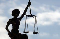 Madame Justice libre sous le ciel photo libre de droits