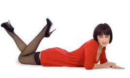 Madame à l'arrière-plan blanc d'isolement menteur de robe rouge Photos stock