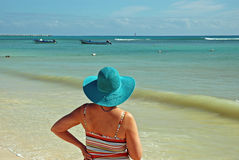 Madame à la plage Photographie stock libre de droits