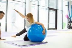 Madame a la séance d'entraînement avec la boule de gymnase Image libre de droits