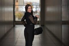 Madame élégante With Stylish Hat et sac en cuir Photos stock