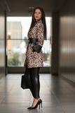 Madame élégante With Stylish Hat et sac en cuir Images stock