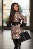 Madame élégante With Stylish Hat et sac en cuir Photos libres de droits