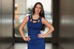Madame élégante With Stylish Outfit Photographie stock libre de droits