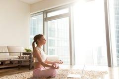 Madame méditant devant l'ordinateur portable dans la chambre d'hôtel Photo libre de droits