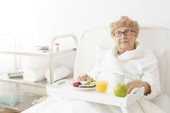 Madame mangeant la pomme à l'hôpital Photographie stock libre de droits