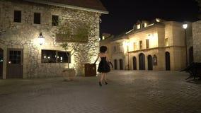 Madame marche dans la ville antique la nuit banque de vidéos