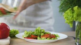 Madame mettant la salade fraîche sur son plat, allant prendre le déjeuner, consommation saine clips vidéos