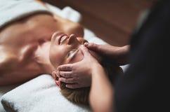 Madame ont le massage d'anti-âge des rides de front images libres de droits