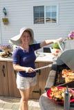 Madame par le BBQ extérieur de cuisine Photo stock
