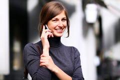 Madame parlant sur le téléphone portable Images libres de droits