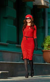 Madame In Red Dress dans la ville Images stock