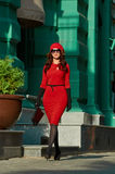 Madame In Red Dress de mode dans la ville Photos stock