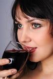 Madame retenant une glace de vin Photo libre de droits