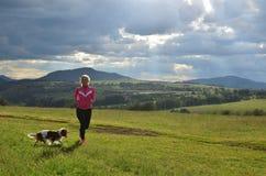 Madame Running avec son chien image libre de droits