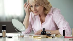 Madame satisfaite de la couleur et de l'élasticité de grâce de peau aux cosmétiques d'innovation photos stock