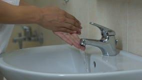 Madame se lavant soigneusement les mains avec du savon, hygiène, combat contre des microbes banque de vidéos