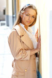 Madame se penchant sur un mur photo stock