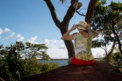 Madame Siiting sur une grande roche Images libres de droits