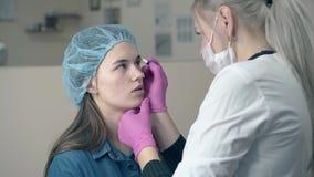 Madame subit la procédure permanente de maquillage de fronts dans le salon clips vidéos