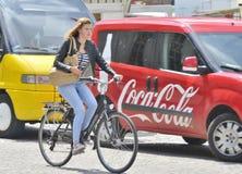 Madame sur Bicyle à la place du marché, Bruges Photographie stock libre de droits
