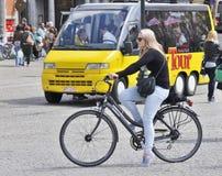 Madame sur Bicyle à la place du marché, Bruges Image libre de droits