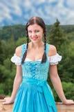 Madame sur la robe bleue d'épaule Off- avec les cheveux tressés photographie stock libre de droits