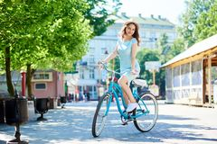 Madame sur le rétro vélo regarde mystérieusement l'appareil-photo, été photographie stock libre de droits