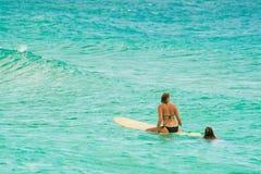 Femme surfant en mer bleue Photo libre de droits