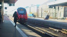 Madame tard pour le train, courant sur la plate-forme, la vie dans la ville moderne, temps-gestion banque de vidéos