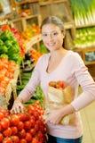 Madame tenant de pleines tomates de sac de papier Photographie stock