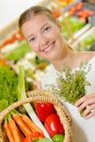 Madame tenant des herbes et des légumes de panier photographie stock