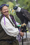 Madame tenant l'aigle chauve américain Photo libre de droits