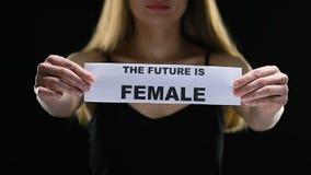 Madame tenant l'avenir est signe femelle, appui de mouvement du féminisme, égalité sociale banque de vidéos