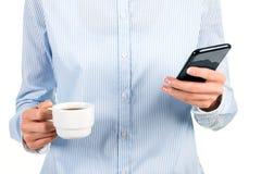 Madame tenant le smartphone et la tasse Images libres de droits