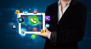 Madame tenant un comprimé avec les apps et les icônes colorés modernes Photo stock