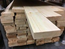 A madeira é armazenada no armazém foto de stock royalty free