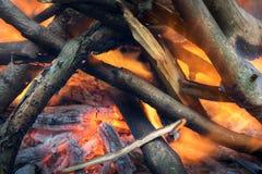 Madeira ardente em um fogo do acampamento fotos de stock