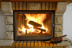 Madeira ardente na chaminé Fotos de Stock