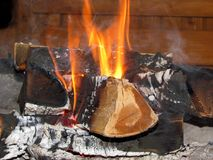 Madeira ardente no idílio da família da casa de resto do abrandamento da chaminé foto de stock royalty free