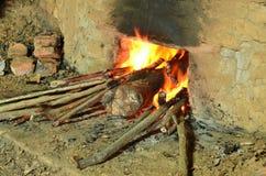Madeira ardente para fazer o carvão vegetal fotos de stock royalty free